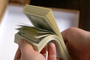 paquet de dollars dans mains de