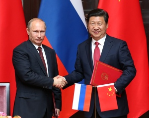 (140520) -- SHANGHAI, May 20, 2014 (Xinhua) -- Chinese President Xi Jinping (R) and Russian President Vladimir Putin sign a joint statement aimed at expanding cooperation in all fields and coordinating diplomatic efforts to cement the China-Russia all-round strategic partnership of cooperation after their talks in Shanghai, east China, May 20, 2014. (Xinhua/Pang Xinglei) (mp)